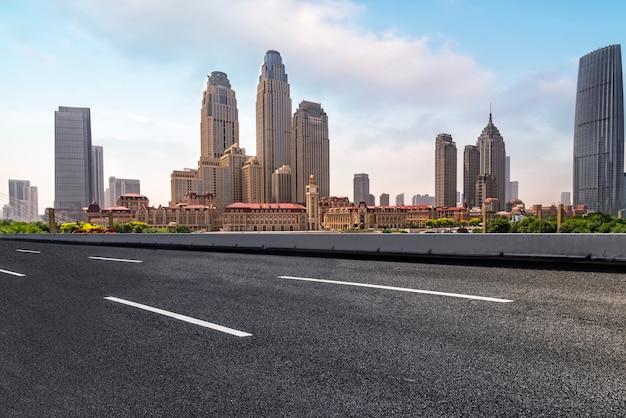 Road plaza y tianjin horizonte del paisaje urbano