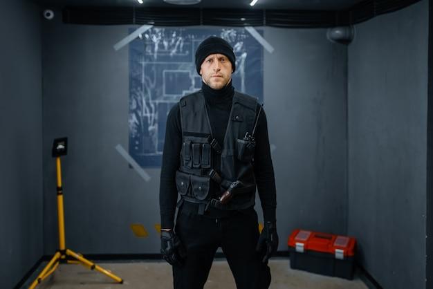 Robo de banco, ladrón en uniforme negro