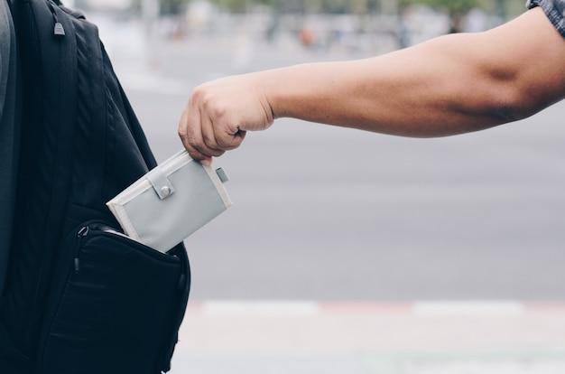 Robo de un bolso de un bolsillo detrás