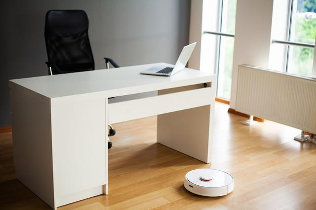 El robot aspirador realiza la limpieza automática del apartamento en un momento determinado.