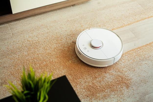 El robot aspirador realiza la limpieza automática del apartamento.
