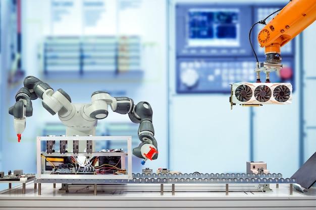 Robótica industrial que trabaja ensambla la minería de bitcoin de la computadora a través de una cinta transportadora