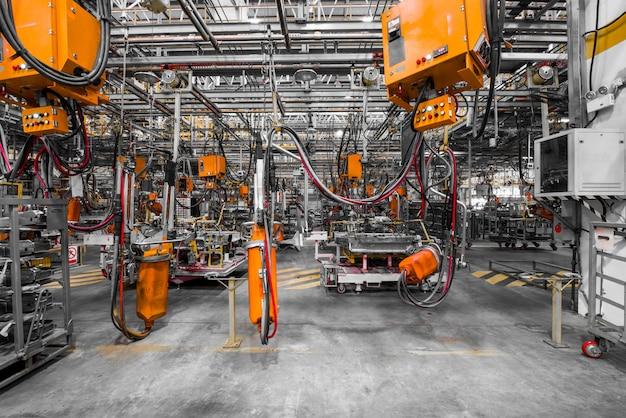Robots en una fábrica de automóviles