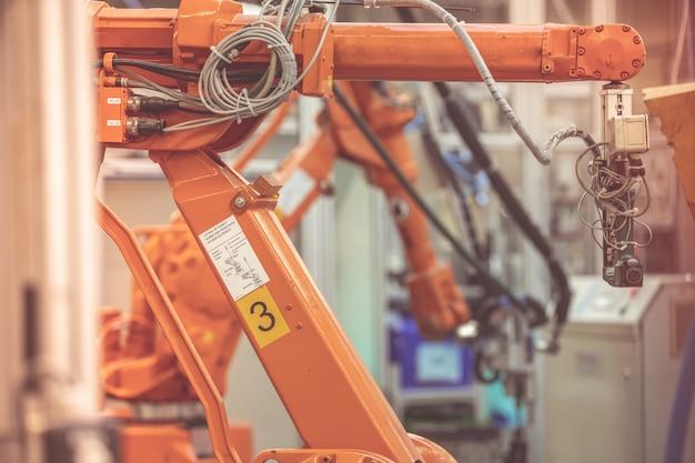 Robots en una fábrica para trabajos de precisión y como sustitutos de los recursos humanos.