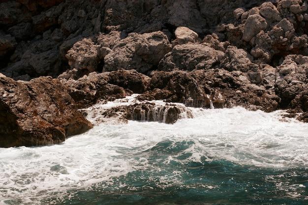 Roca y mar mediterráneo en turquía