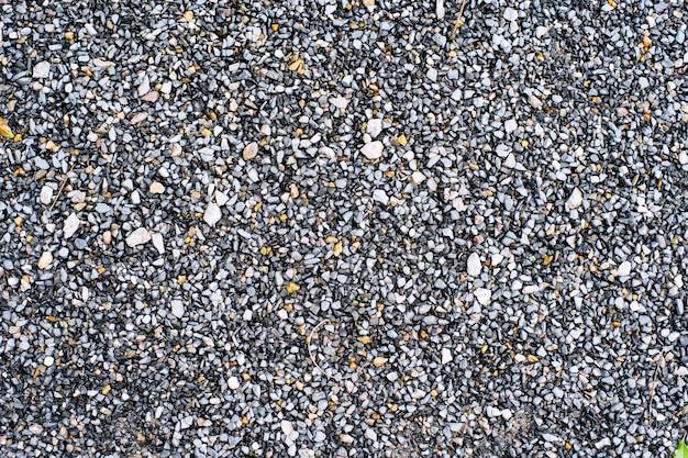 Roca de piedra triturada húmeda en el fondo de textura de jardín