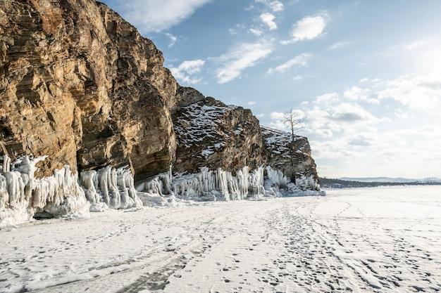 Roca sobre el hielo del invierno baikal en la isla de olkhon en siberia