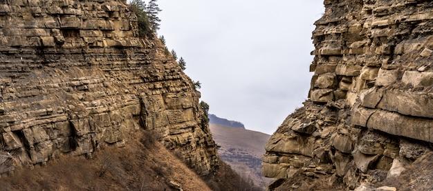 Rocas a ambos lados con vista a la llanura.