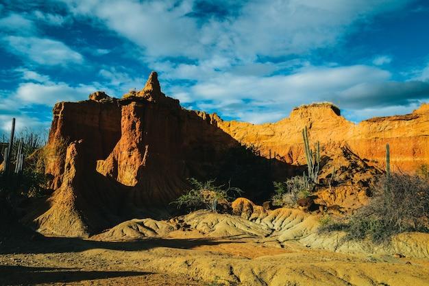 Rocas de arena bajo el cielo azul en el desierto de tatacoa, colombia