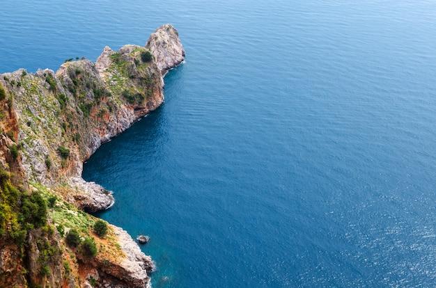 Rocas de la costa de alanya. vista desde arriba