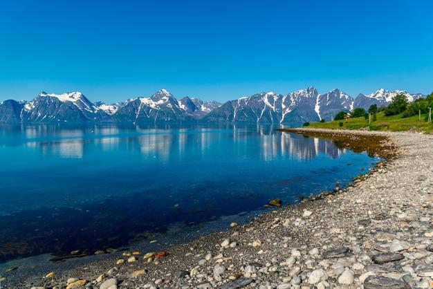 Rocas del fiordo sogne, el tercer fiordo más largo del mundo y el más grande de noruega.