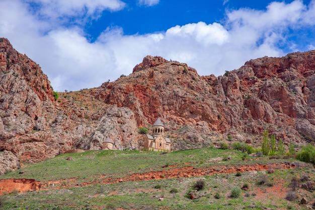Rocas con iglesia bajo el cielo