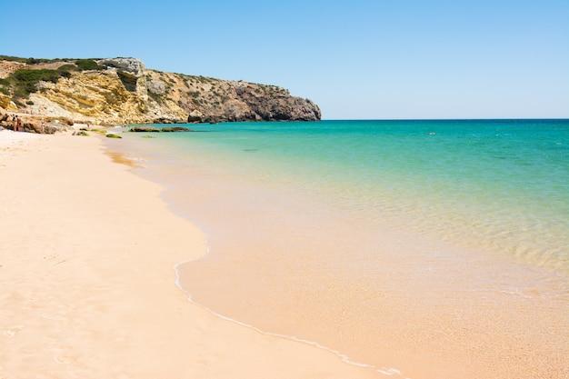 Rocas en la playa de arena praia do amado, portugal