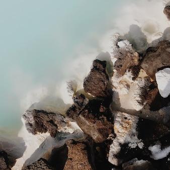 Rocas volcánicas y agua azul