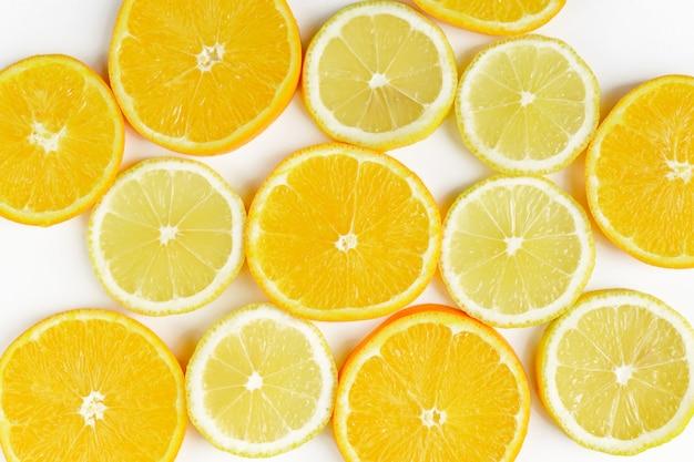 Rodaja de cítricos, naranjas y limones sobre fondo blanco. telón de fondo de frutas