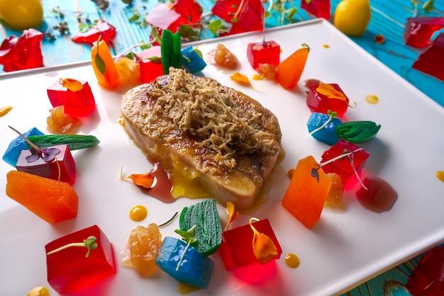 Rodaja de foie de trufa blanca rallada y gelatina.