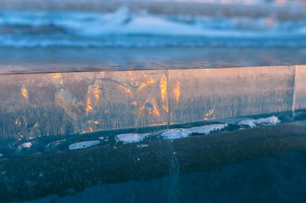 Rodaja de hielo en el lago congelado al atardecer