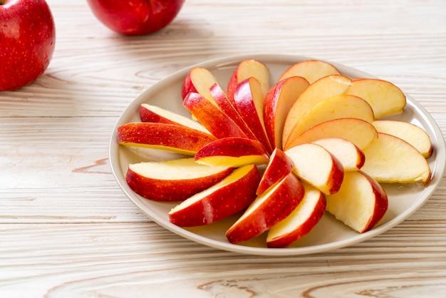 Rodaja de manzana fresca en placa