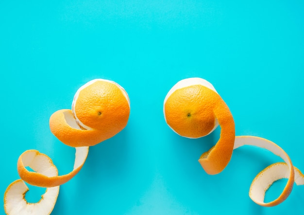Rodaja de naranja sobre azul, plano