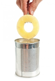 Rodaja de piña en un tenedor aislado en la superficie blanca