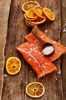 Rodaja de salmón crudo