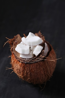 Rodajas de coco sobre coco