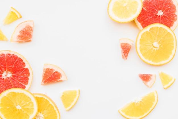 Rodajas de coloridas frutas cítricas.