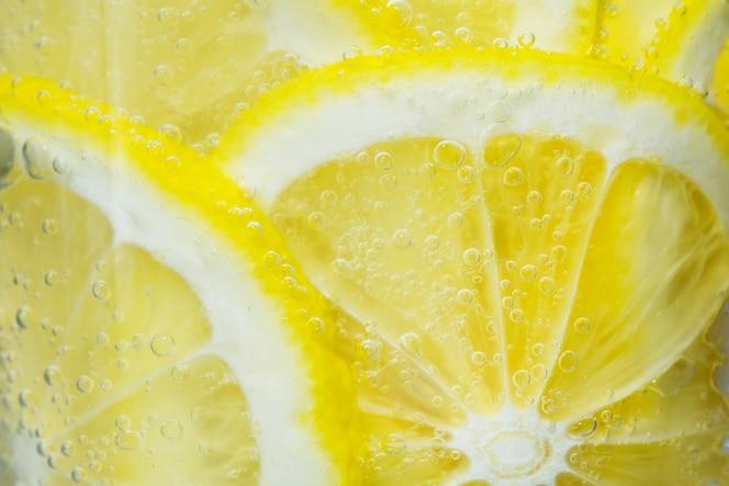 Rodajas de limón recién cortado