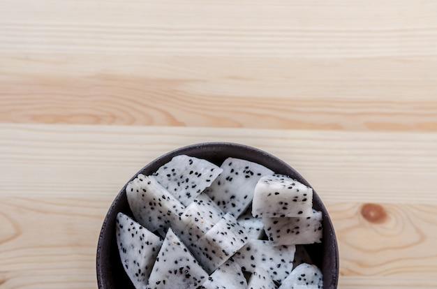 Rodajas de frutas de dragón frescas en un tazón negro