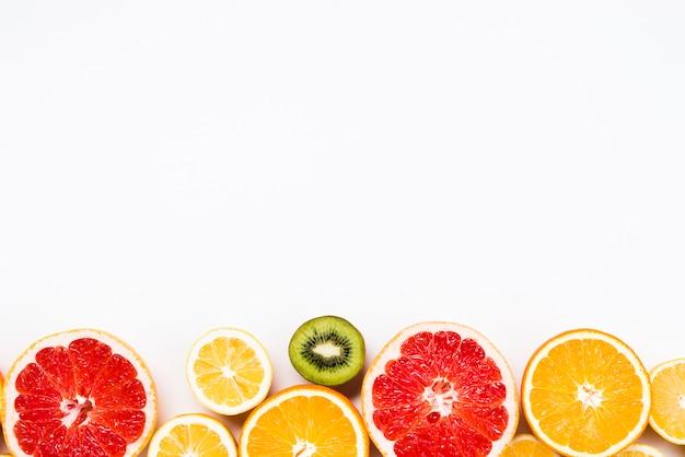Rodajas de frutas exóticas y saludables.