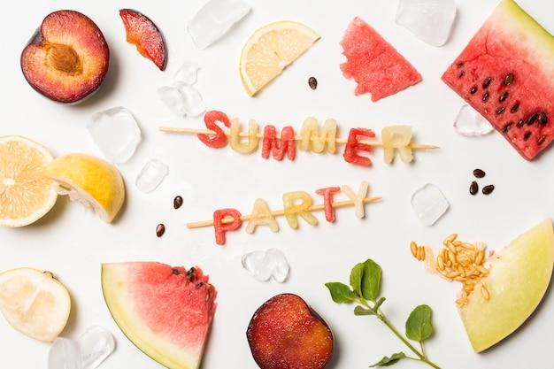 Rodajas de frutas entre hielo y título fiesta de verano.