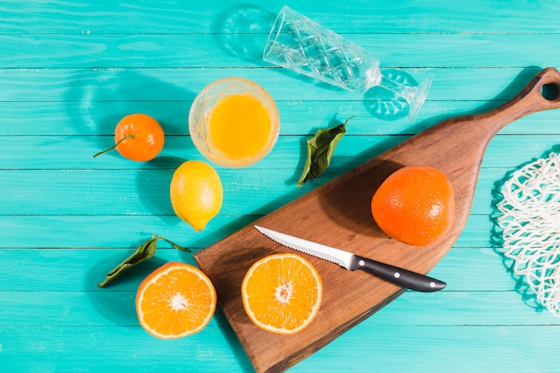 Rodajas de frutas y jugos en mesa