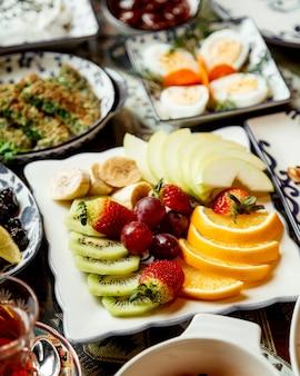 Rodajas de frutas en placa