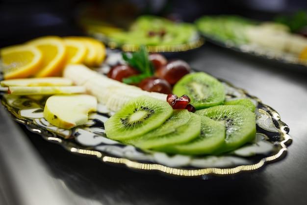 Rodajas de frutas en un plato hermoso