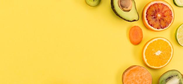Rodajas de frutas tropicales y espacio de copia