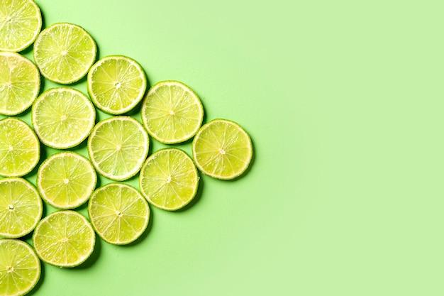 Una rodajas de jugoso fondo de limones verdes frescos