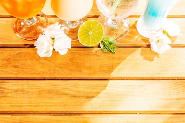 Rodajas de limón flor de menta y bebidas brillantes.
