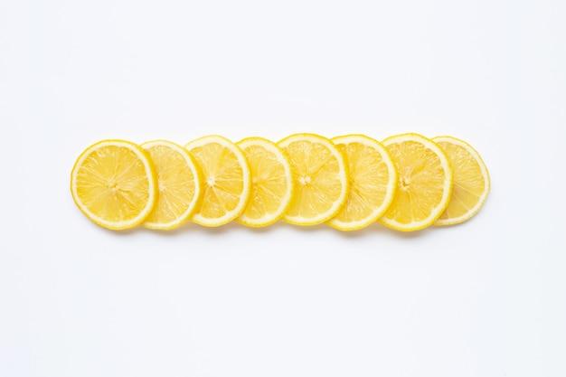 Rodajas de limón fresco en blanco