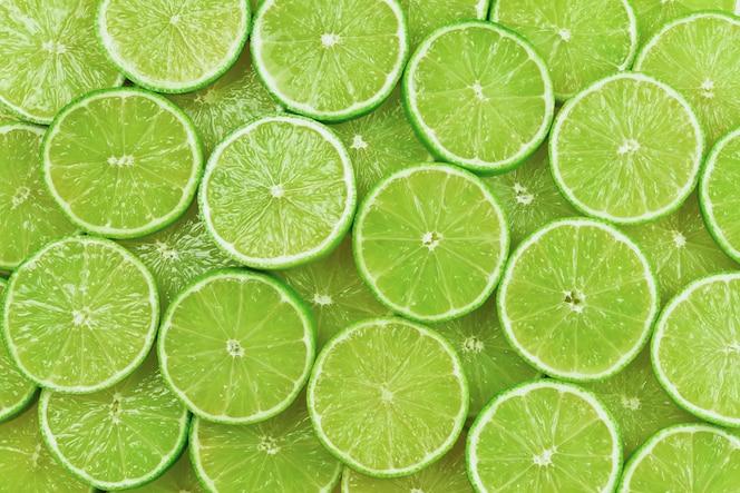 Rodajas de limón fresco como fondo.