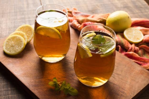 Rodajas de limón helado y té de hierbas de hojas de menta en una tabla de cortar