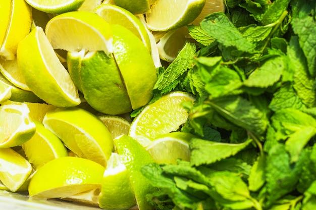Rodajas de limón y hojas de menta verde.