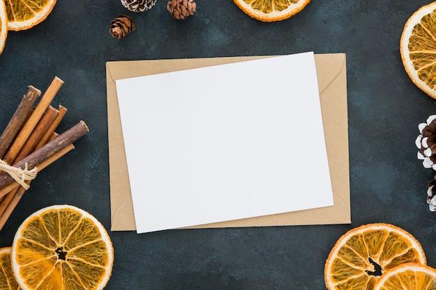 Rodajas de limón de invierno y rollos de canela con papeles
