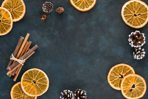 Rodajas de limón de invierno y rollos de canela