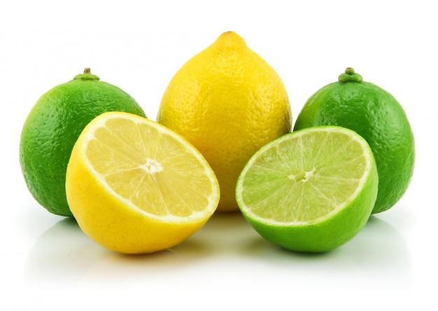 Rodajas de limón maduro y limón aislados sobre fondo blanco