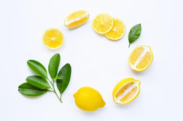 Rodajas de limón marco de composición redondeada con hojas