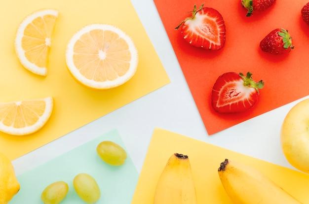 Rodajas de limón, naranja, fresa, plátano y uvas