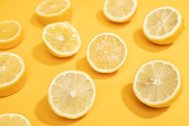 Rodajas de limón natural de alto ángulo en la mesa