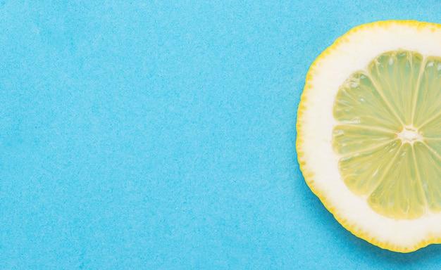 Rodajas de limón sobre fondo azul