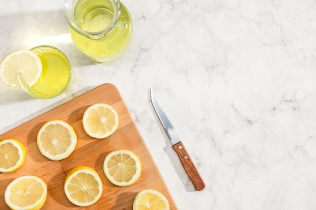 Rodajas de limones y jugo de limonada