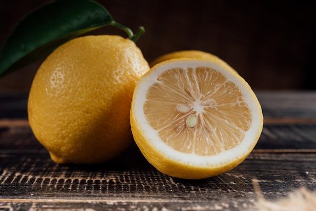 Rodajas de limones en mesa de madera
